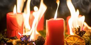 Bild: Adventskranz fängt Feuer