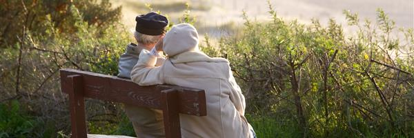 Bild: Älteres Paar auf Bank