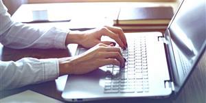 Bild: Arbeiten am Laptop