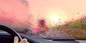 Bild: Autofahren bei Regen