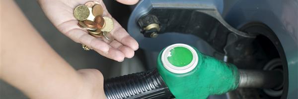 Bild: Autofahrer mit Münzgeld betankt Auto