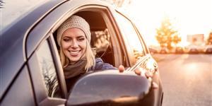 Bild: Autofahrerin schaut in Seitenspiegel