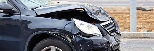 Bild: Blechschaden bei Autounfall