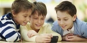 Bild: Drei Kinder mit Smartphone