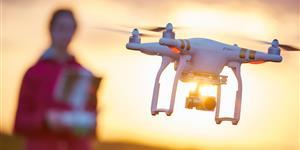 Bild: Drohne im Sonnenuntergang mit Frau
