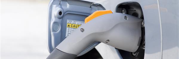Bild: Elektroauto tankt Strom