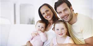 Bild: Eltern mit zwei Kindern
