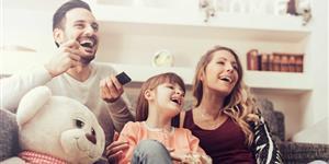 Bild: Familie beim Fernsehen