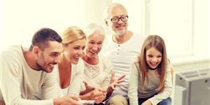 Bild: Familie drei Generationen vor Fernseher