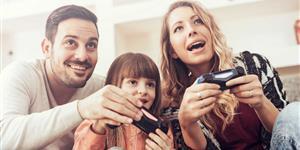 Bild: Familie hat Spaß mit Spielkonsole