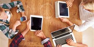 Bild: Familie mit Notebook, Tablets und Smartphone
