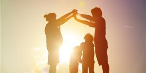 Bild: Familie, Vater, Mutter, Kinder, Haus, Sonnenuntergang