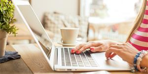 Was Tun, Wenn Das Notebook Nass Geworden Ist? Ratgeber / Internet. Bild:  Frau Arbeitet Am Laptop