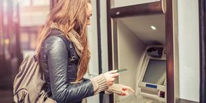 Bild: Frau, Geldautomat, Geld abheben, Girokonto, Kreditkarte