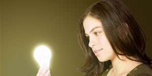 Bild: Frau hält Glühbirne
