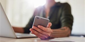 Bild: Frau hält Smartphone in der Hand