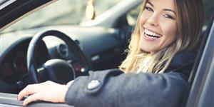 Bild: Frau im Auto lacht