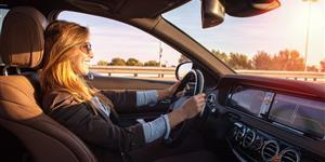 Bild: Frau im Auto - Sonne