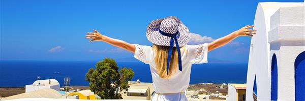 Bild: Frau in weißem Kleid auf Santorini in Kreta