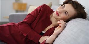 Bild: Frau liegt entspannt auf dem Sofa