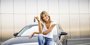 Bild: Frau mit Autoschlüssel