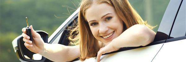 Bild: Frau mit Autoschlüssel in neuem Auto