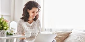 Bild: Frau mit Kaffeetasse am Laptop