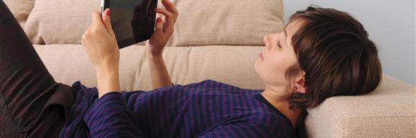 Bild: Frau mit Tablet-PC