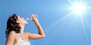 Bild: Frau mit Trinkflasche in der Sonne