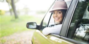 Bild: Frau schaut aus dem Fahrzeug