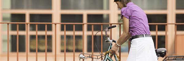 Bild: Frau schließt Fahrrad an