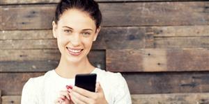 Bild: Frau tippt SMS in Smartphone