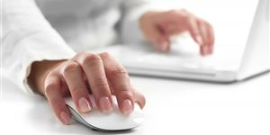 Bild: Frauenhände am Laptop