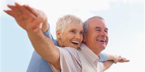 Bild: Fröhliches, älteres Paar mit ausgestreckten Armen