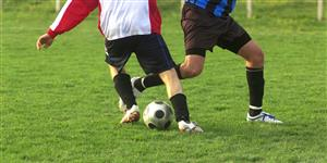 Bild: Fußballer im Zweikampf