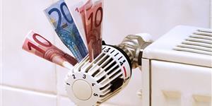 Bild: Geldscheine stecken in Heizungsregler