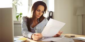 Bild: Geschäftsfrau liest Dokumente