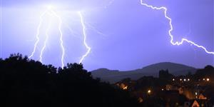 Bild: Gewitter Blitz Stadt Wald Unwetter Versicherung Haus