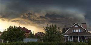 Bild: Gewitter Wolken Haus Siedlung