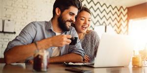Bild: Glückliches junges Paar vor Laptop