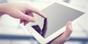 Bild: Hände an weißem Tablet