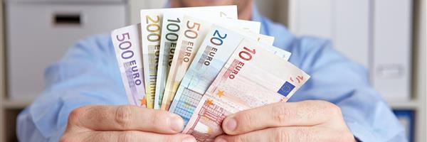 Bild: Hände halten Geldfächer
