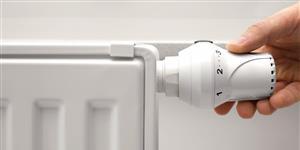Bild: Hand am Heizungs-Thermostat