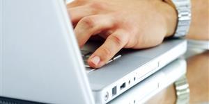 Bild: Hand auf Laptop-Tastatur