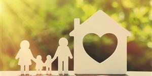 Bild: Holzhaus mit Modell-Familie