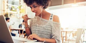 Bild: Im Café am Laptop