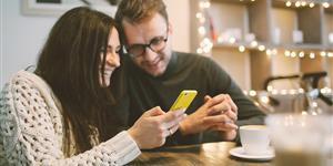 Bild: iphone und Kaffee gemütlich