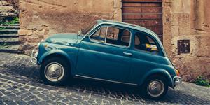 Bild: Italienisches Auto auf der gepflasterten Straße