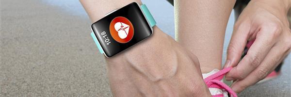 Bild: Joggerin mit Smartwatch schnürt Laufschuhe