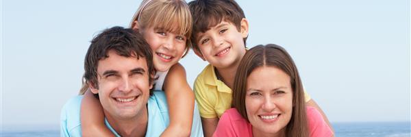 Bild: Junge Familie am Strand